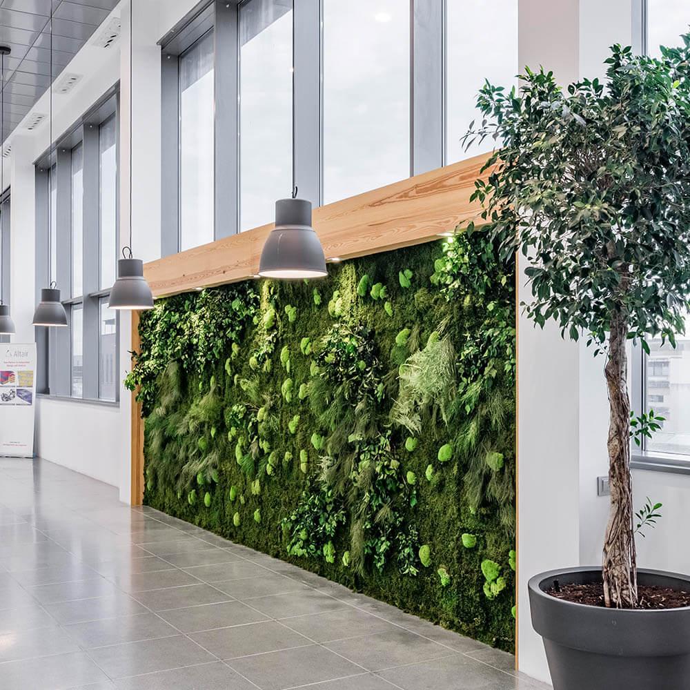 Detalle de Hall de Oficina con Jardines Verticales